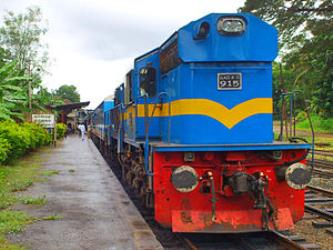 Yal Devi train at Kurunegala railway station