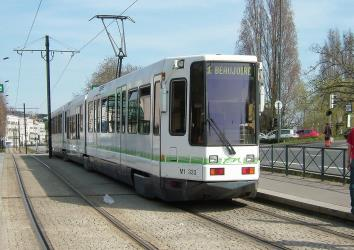 Tram with a low floor centre section